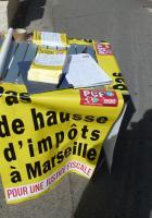 Le PCF 9ème Marseille avec la population de la ROUVIERE, pour dire : « Pas de hausse d'impôts à Marseille »